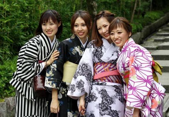 Група приятелки са дошли на екскурзия до Киото и са си взели под наем традиционни японски кимона на гейши, и се снимат заедно. Снимка: Бистра Величкова